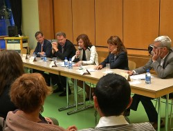 Les intervenants de la séance d'information sur les migrants.